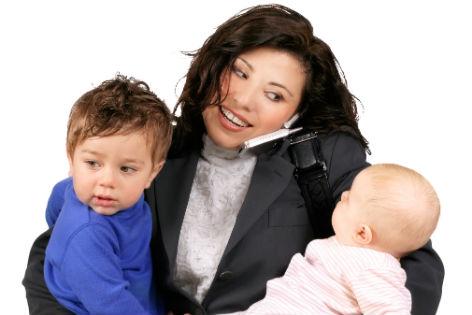 Frau mit Kindern auf dem Arm