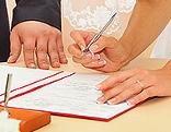 Braut unterschreibt Vertrag