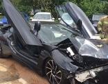 Sportwagen mit Flügeltüren BMW rammt parkende Autos in Klagenfurt