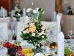 Gedeckter Tisch mit Blumenstrauß