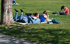 Mädchen liegen auf einer Decke im Park