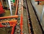 Plastikmüll in Müllsortieranlage