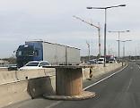 Verlorene Kabellrolle auf Autobahn