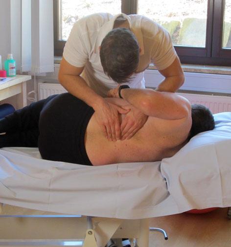Osteopath Roland Prodinger bei der Arbeit