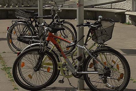 Fahräder an Mast gehängt