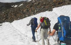 Bergsteiger auf Schneefeld