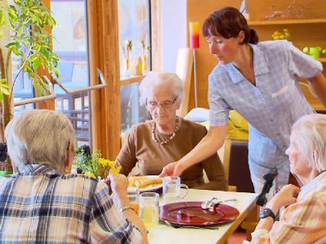 Senioren bekommen Essen serviert