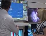 Elektrohändler berät Kundin über HD Fernsehen
