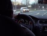 Junger Autofahrer am Steuer