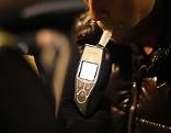 Polizist lässt Autofahrer blasen