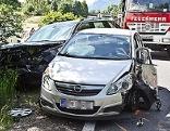 Autowrack mit Feuerwehrauto nach einem Unfall