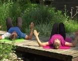 Doresia Krings und Michael Mayrhofer trainieren den oberen Rücken/Schulter