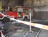 Ausgebrannte Fahrzeughalle im Feuerwehrhaus Winden