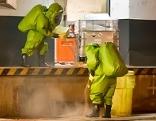 Feuerwehrleute im Säureschutzanzug