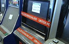 Ein Glücksspielautomat unter Polizeiverschluss