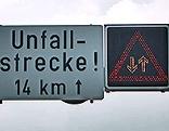 Schild weist auf die Unfallgefahr hin