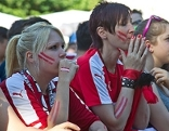 Weibliche Österreich-Fans beim Public Viewing im Salzburger Volksgarten fiebern mit