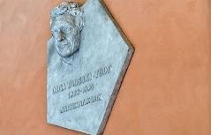 Das Denkmal der Mathematikerin Olga Taussky-Todd (1906-1995) von Karin Frank.