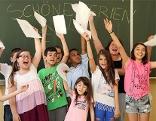Schüler jubeln am Schulschluss