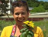 Uschi Zezelitsch mit einer Sonnenblume