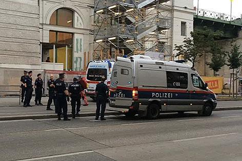 Polizisten vor U-Bahn-Station Währinger Straße nach Einsatz zu Kopfstichen