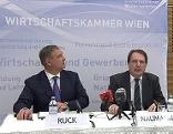 Walter Ruck und Ernst Naumann bei Pressekonferenz