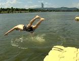 Mann springt in Neue Donau