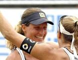 Beachvolleyballerin Barbara Hansel jubelt mit Partnerin Stefanie Schwaiger