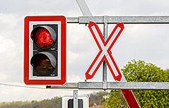Gesperrter Bahnübergang und rote Ampel