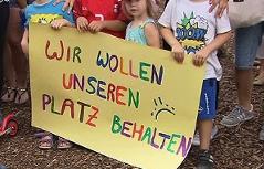 """Schild zum Protest gegen Schließung von Kindergarten """"Alt Wien"""" in Leopoldau"""
