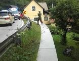 Einsatzkräfte bei einem Motorradunfall