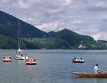 Ruderboote auf dem Fuschlsee, im Hintergrund das Schloss Fuschl
