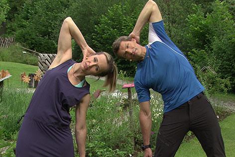 Doresia Krings und Michael Mayrhofer bei der Bauchmuskelübung
