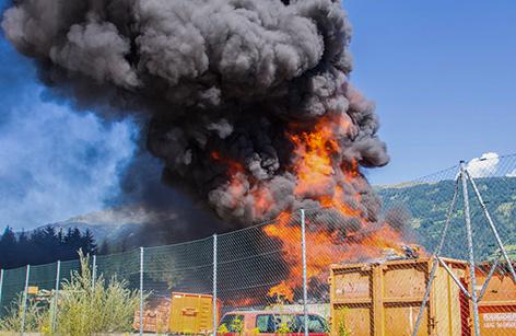 Großbrand mit schwarzem Rauch