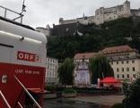 """""""Guten Morgen Österreich"""" Container auf dem Kapitelplatz mit Blick auf die Festung"""