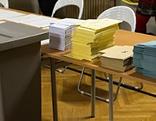 Wahllurne und Wahlkuverts