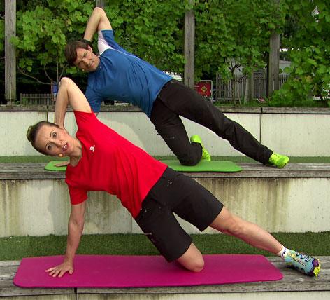 Seitliche Bauchmuskelübung im Knieseitstütz mit Krings und Mayrhofer