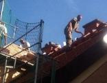 Zimmerei bei Sanierungsarbeiten auf Dach eines Einfamilienhauses