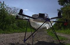 Drohne auf einem Feld