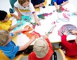 Kindergartenkinder beim Malen