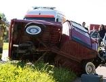 Dreirädriges Mopedfahrzeug nach Unfall mit Feuerwehrleuten