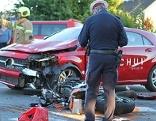 Fahrschulauto und Motorrad nach Unfall
