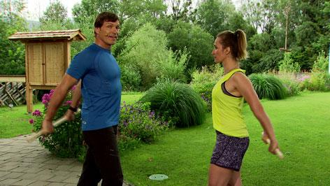 Michael Mayrhofer und Doresia Krings kräftigen den Rücken/Nackenbereich