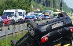 Unfallwagen liegt auf den Schienen der Zillertalbahn