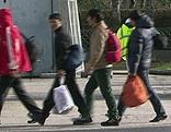 Asylwerber mit Betreuern im Asyl-Notquartier im Liefering