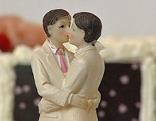 Zwei sich küssende Männer-Figuren auf einer Hochzeitstorte
