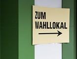 """Hinweisschild """"Zum Wahllokal"""""""