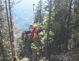 Die Rettung des verunglückten Forstarbeiters war in dem steilen Gelände schwierig