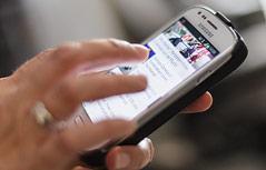 Person hantiert mit einem Smartphone