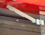 Glastürunfall in Einkaufszentrum in Pasching
